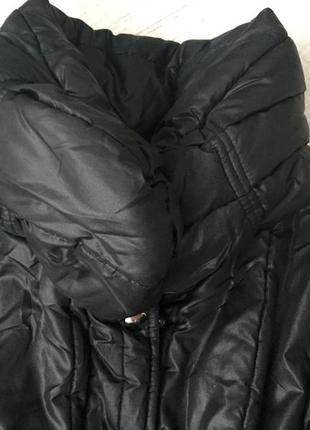 Куртка демисезонная с большим воротом.