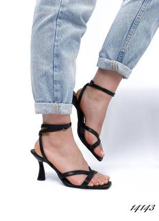 Женские босоножки на каблуке кожаные