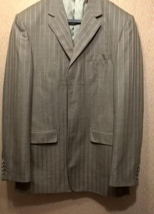 Мужской костюм бежевого цвета uomo lardini 50 размера.