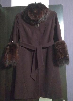 Пальто цвета марсала с натуральным мехом лисы.