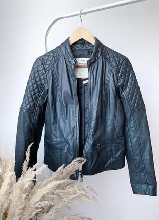 Чорная кожаная куртка косуха