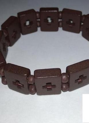 Деревянный браслет с вырезанными крестами
