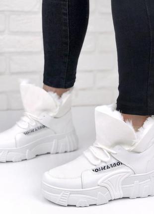 Зимние ботинки белого цвета