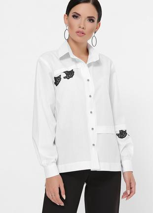 Рубашка украшенная элементами кружева.