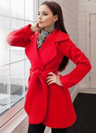 Короткое кашемировое пальто подкладке - стильно и удобно.