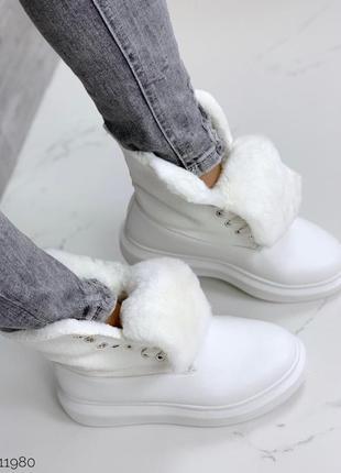 Теплые зимние ботинки белого цвета