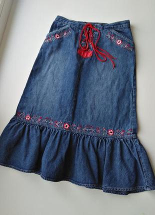 Джинсовая юбка с вышивкой с кокеткой рюшей