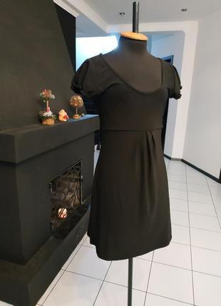 Маленькое черное платье с атласным поясом
