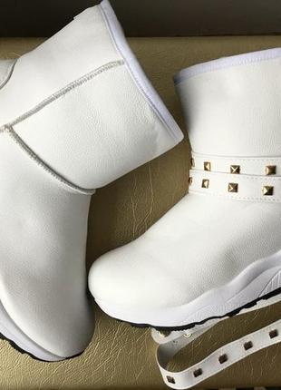 Белые угги ботинки кроссовки со сьемными браслетами низкие