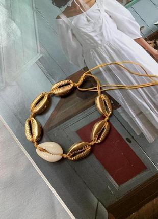 Красивый женский браслет из ракушек каури золотистый