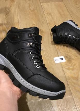 Чёрные зимние мужские ботинки кроссовки