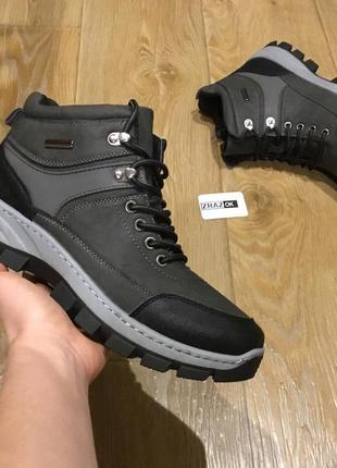 Серые мужские зимние ботинки кроссовки на змейке