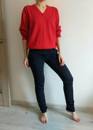 Женские брюки темно- синего цвета.