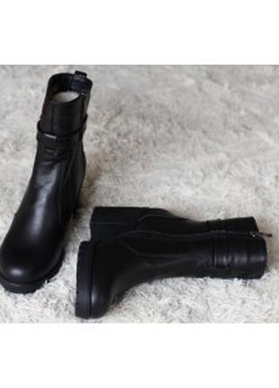 Зимние кожаные ботинки на каблуке
