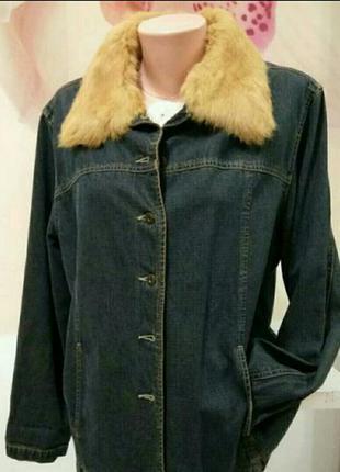 Джинсовая куртка с меховым воротником. жакет женский с натурал...