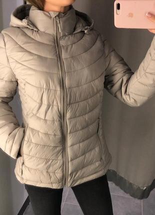 Бежевая стеганая куртка демисезонная курточка на синтепоне ami...