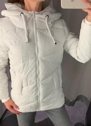 Стеганая белая куртка amisu есть размеры