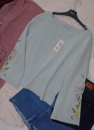 Шикарный свитер с расклешенными вышитыми рукавами