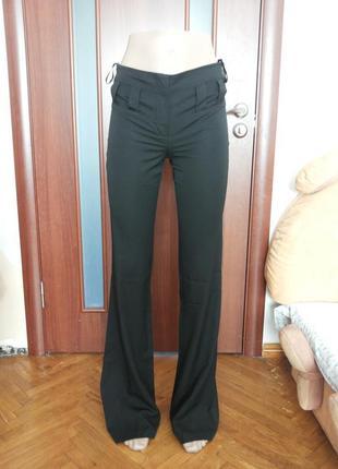 Тонкие летние классические брюки очень красиво смотрятся
