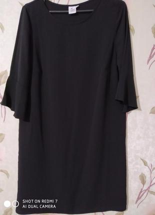 Легкое черное прямое платье с воланом на рукавах
