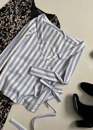 Трендовая рубашка на запах в полоску на плечи zara