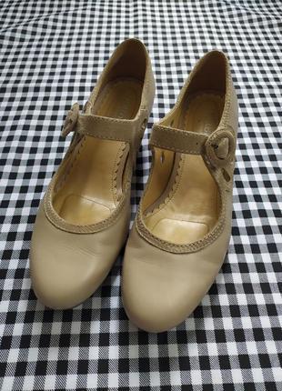 Интересные кожаные туфельки на маленьком каблучке