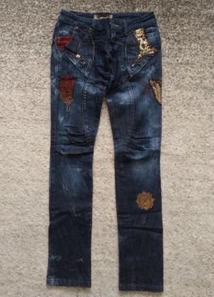 Женские джинсы темно-синего цвета с вышивкой и нашивками