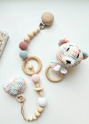 Подарочный набор погремушка/грызунок и холдер для пустышки