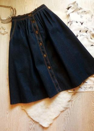 Длинная пышная синяя темная джинсовая юбка миди трапеция с кар...