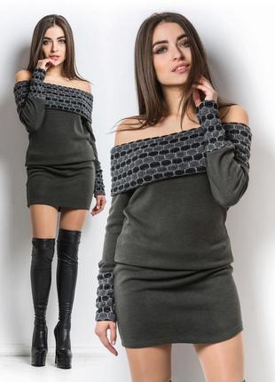 Теплое вязаное платье с отложным воротом-хомутом.