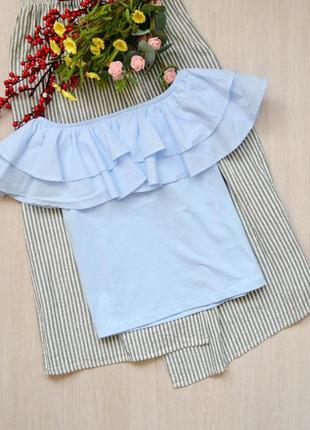 Небесно-голубая блузка с открытыми плечами