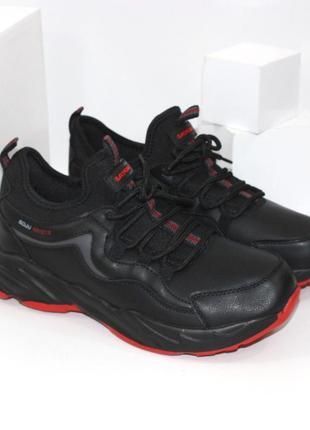 Мужские кроссовки с контрастной красной подошвой.