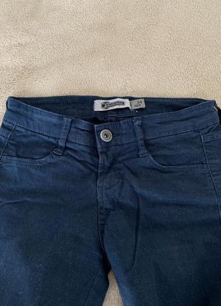 Темно-синие штаны скинни stradivarius