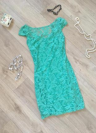 Яркое красивое зеленое платье мини с вышитым рисунком