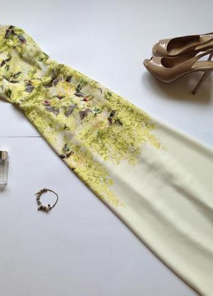 Длинное белое платье с открытой спиной