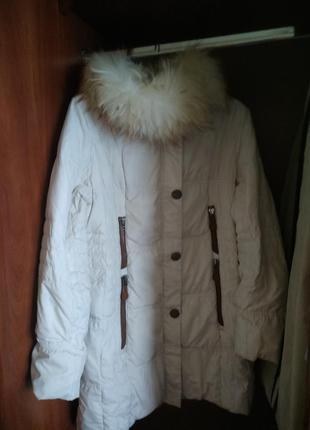 Белый зимний пуховик с капюшоном