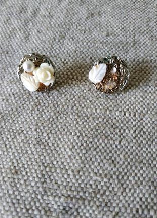 Серьги пуссеты в стиле шанель с инкрустацией натуральным перла...