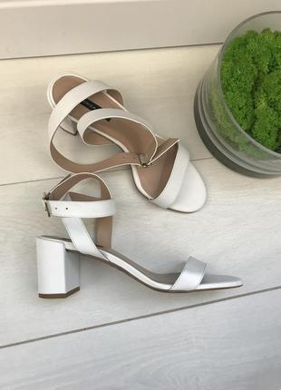 Белые босоножки на каблуке италия