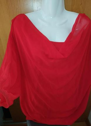 Красивая красная блузка