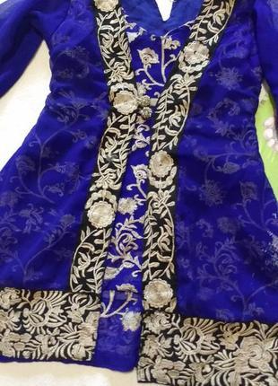 Роскошное синее платье с золотой вышивкой  в восточном стиле
