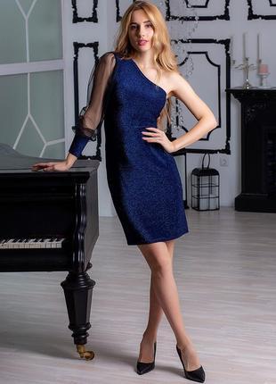 Вечернее короткое платье с открытым плечем