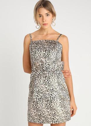 Коороткое леопардовое платье на тонких бретелях с широким пояс...