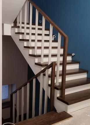 Сходи (лестницы)деревянні.З скляними перилами Балясини підсходинк