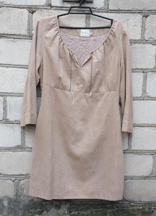 Праздничное бежевого цвета платье под замшу с рукавом три четв...
