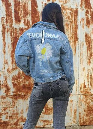Стильная джинсовая куртка с надписью и цветами