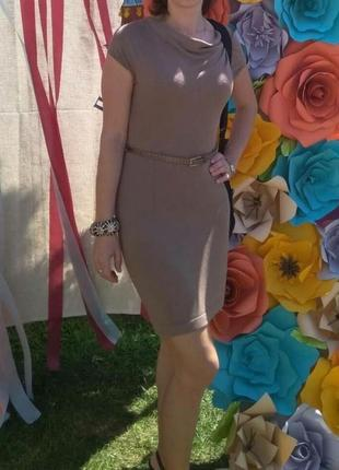 Приталенное платье гарчичного цвета