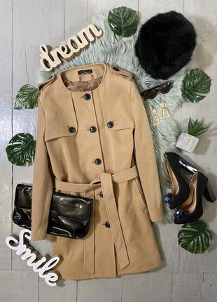 Стильное прямое пальто без воротника цвета кемел