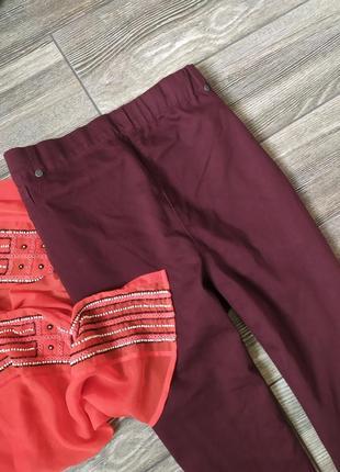 Стильные джинсы скинни с высокой талией марсала