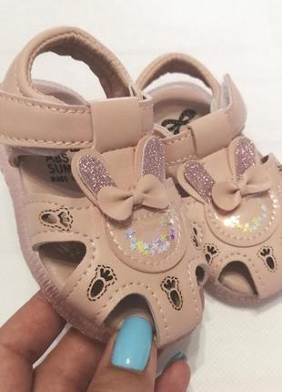 Миленькие детские сандалики для малышей
