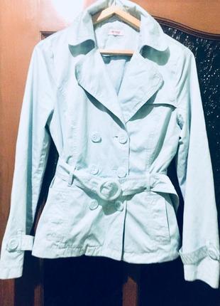 Лёгкая весенняя курточка голубого цвета